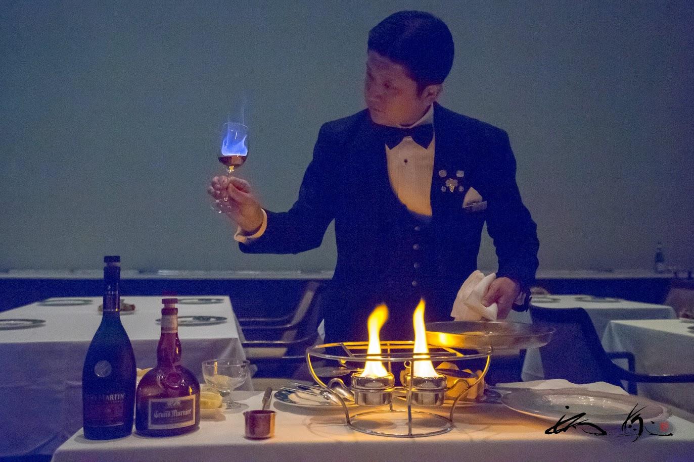 グラスに燃える青い炎