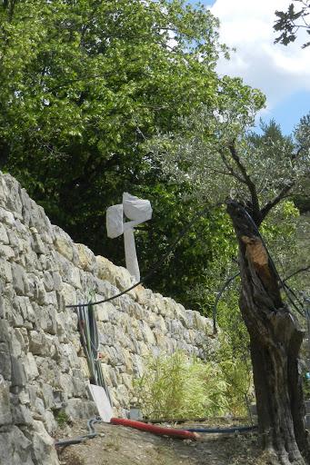 Sculpture contemporaine en pierre, mur pierre sèche et olivier