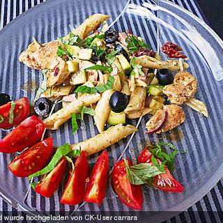 Italienischer Pastasalat mit Hühnchen und Basilikumdressing
