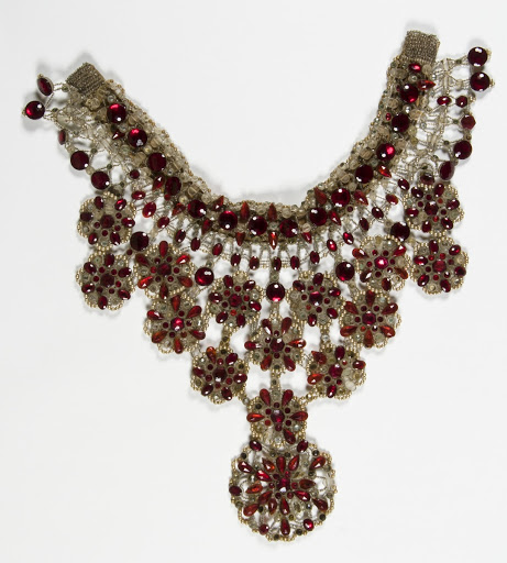 Pectoral red necklace
