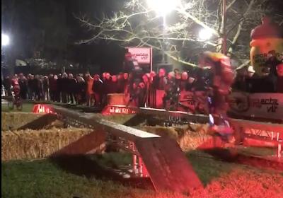 🎥 Iserbyt wint afsluitende cross in Waregem, waar spektakel weer hoogtij vierde