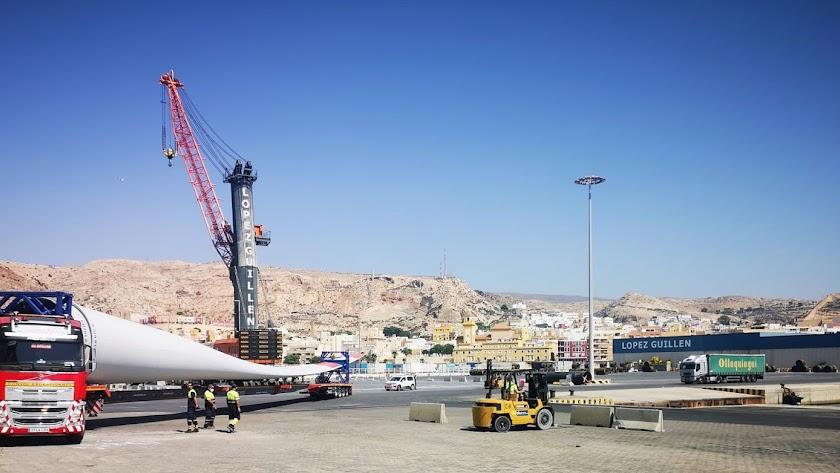 Llegada de una de las grandes palas al puerto de Almería