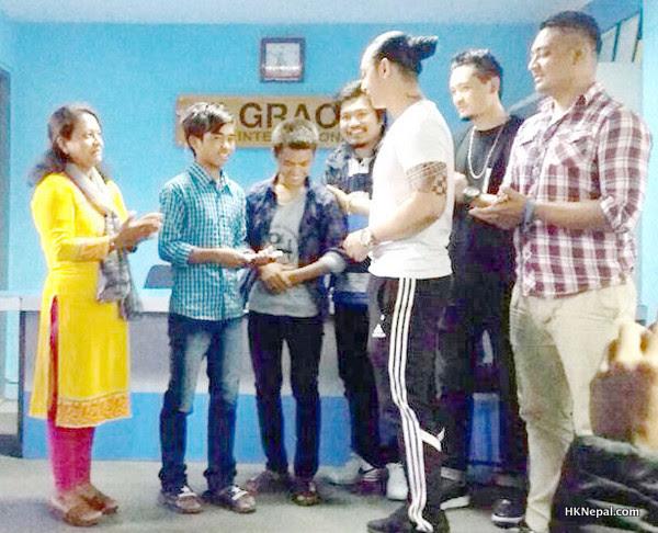 टप्स गाइजले गरे विद्यार्थीलाई सहयोग