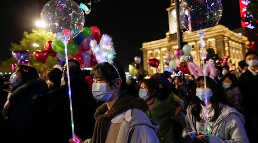 Wuhan, donde se originó la pandemia, recibe el año con fiestas multitudinarias