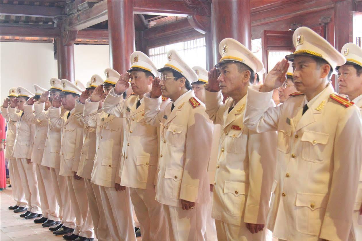 Các đồng chí Phó Giám đốc dâng hương tại Nhà tưởng niệm Cố Tổng Bí thư Lê Hồng Phong