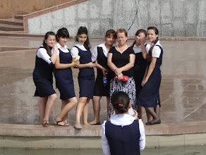 Photo: Místní modelky u monumentu.