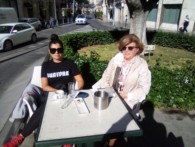 Algunos de los primeros almerienses que han decidido desayunar este lunes fuera de casa.J.A. Barrios