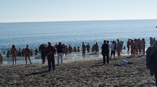 La comunidad naturista de Vera Playa recibe el nuevo año zambulléndose en el mar