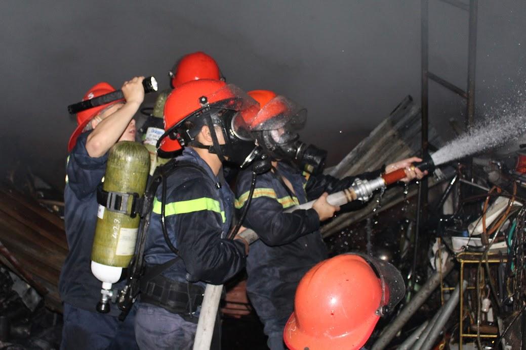 CBCS Đội Chữa cháy và cứu nạn cứu hộ số 1 tham gia chữa cháy xưởng sản xuất, chế biến gỗ ở TP Vinh