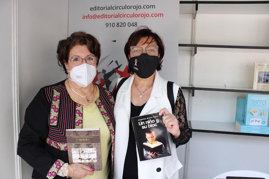 Ángeles Simón con su 2º libro y Laura Negrillo mostrando el 1º.
