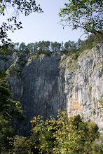 Photo: Tässä näkoalapaikka nähtynä alhaalta, tultuani juuri ulos luolasta. Pudotukset olivat Sloveniassa melkoisia melkein missä tahansa, moisia korkeuseroja Suomessa on harvassa.