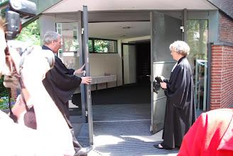 Photo: Pastor Reh und Landessuperintendentin Spieckermann schließen die Kirchentüren