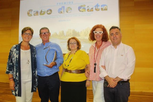 El presidente de Pescartes junto a los concejales del PSOE y las integrantes de ISM.