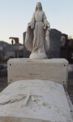 tombe à l'ancienne avec statue de sainte vierge en pierre cimetière de provence 26 84