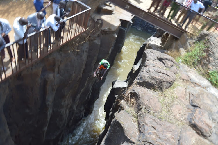 Dare-devil Cheploch diver dives into Kerio River to recover the body and vehicle of a drowned K24 journalist died of a tragic road accident on November 21.