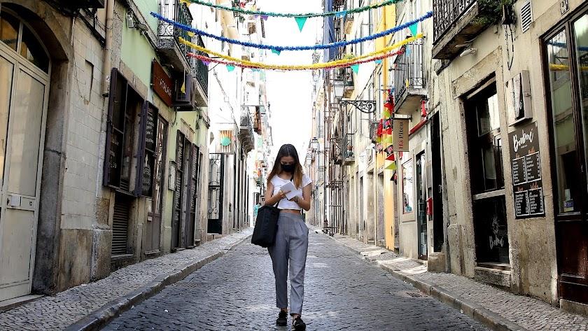 Una mujer con mascarilla en Lisboa.