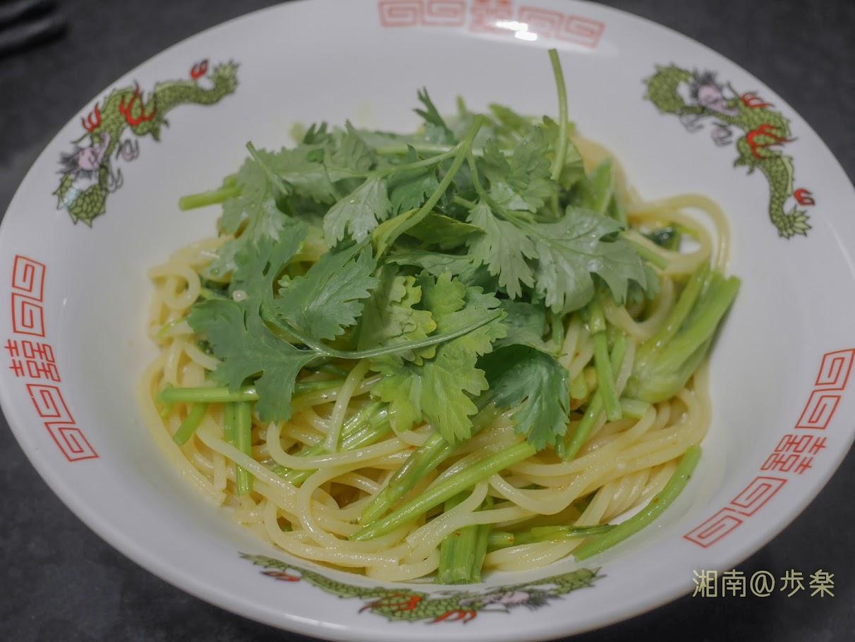 パクチーのペペロンチーノ MAKBEL Spaghetti No.6 パスタ 基本はオリーブオイルとニンニク