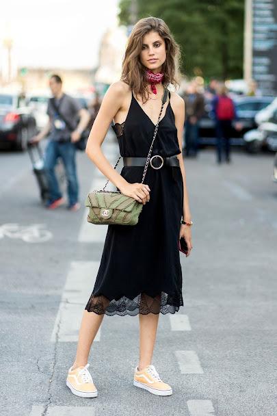 Đầm đen với giày Vans