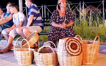 Photo: griechische Korbflechterin verkauft ihre Arbeit nachts auf der Strasse