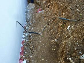 Photo: Auch das Telefonkabel ist gut mit eingeschafft. Man beachte auch den Felsen.....