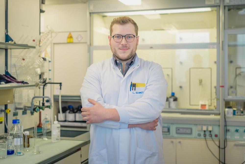 Lucas Schmitt, Technicien de laboratoire