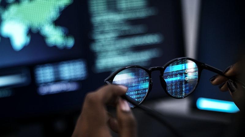 óculos em frente ao computador com códigos na tela - Refatoração