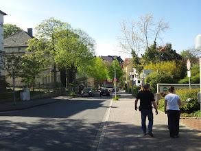Photo: Blick vom Bürgersteig vor dem Haupteingang des Allgemeinen Krankenhauses Hagen (AKH) die Grünstraße entlang in Richtung Buscheystraße.