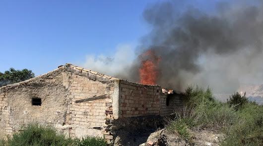 Incendio en los restos de una nave agrícola de Albox