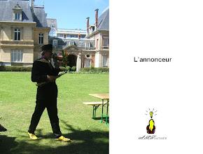 Photo: L'annonceur et son cornet de fleurs (il accompagne les gens pour les guider dans le parc)