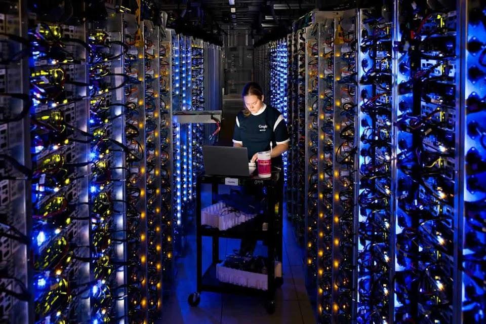 Denise Harwood 在为过热的 CPU 进行诊断。十多年来,我们打造了堪称全世界最高效的服务器。