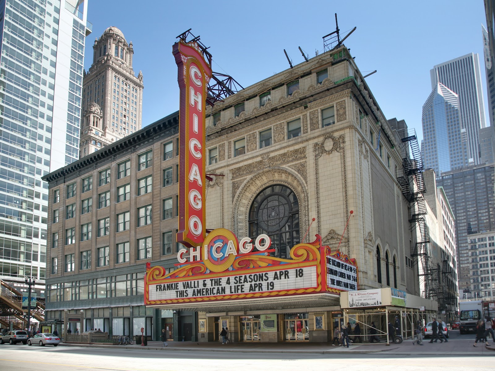 https://upload.wikimedia.org/wikipedia/commons/2/26/Chicago_Theatre_blend.jpg