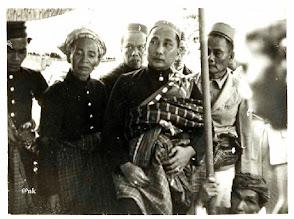 Photo: Arayang Balanipa, Andi Baso Pabiseang ketika berkunjung ke rumah Asisten Residen di Mamuju, tahun 1938. Mara'dia (Raja) Balanipa, Mandar. ........ - 1850 Kabong Tomatindo di Lekopadia 1850 - 1862 Passaleppa Ammana I Bali 1862 - 1870 --- 1870 - 1871 Tomelloli Manawari (Pertama) 1871 - 1872 Kape Tokape 1872 - 1873 Maradia Kape 1873 - 1880 Tomelloli Manawari (Kedua) 1880 - 1885 Sanggariya Tonaung Anjoro (Arayang ke-49) 1885 - 1906 Tomelloli Manawari (Ketiga) (Arayang ke-50) 1908 - 1927 Laju Kakanna I Doro Tomatindo di Judda (Arayang ke-51) 1927 - 1947 Andi Baso Pabiseang (Arayang ke-52, Regent 1929), suami Hj. Andi Depu 1950 - 1957 Hj. Andi Depu (pr) (Arayang ke-53, Regent), putri Arayang ke-51 Laju Kakanna I Doro. Sumber gambar : Tropen Museum Amsterdam (diedit). https://nurkasim49.blogspot.co.id