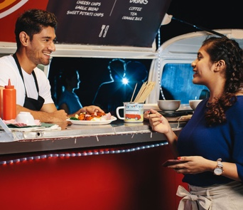 couple-into-foodtruck