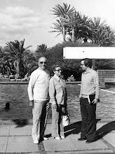 Photo: El legendario ex jugador, entrenador y manager del Manchester United, Sir. Matt Busby, con su esposa y Amado Moreno, en el hotel Maspalomas Oasis a principios de los años 70