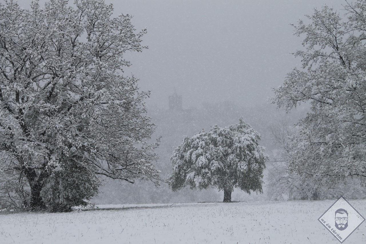 KÉP / Tavaszi tél, háttérben a Zsitvay-kilátóval
