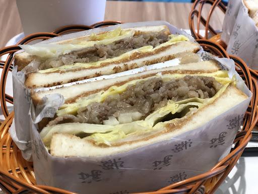三明治搭配很有趣,我點的是牛丼鐵板吐司,味道不錯。