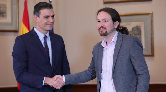 Pedro Sánchez y Pablo Iglesias se dan la mano tras anunciar su acuerdo.