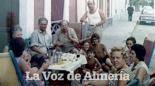 Con un vaso de café en la mano, el escritor José Miguel Naveros. Sentado en el suelo, con la mano en la cabeza, su hijo, Miguel Naveros Pardo.