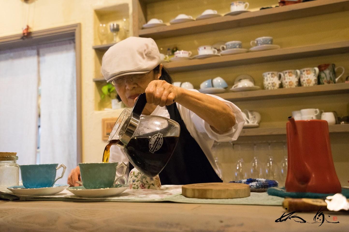 奥様靖子さんが丁寧に入れる香り高い珈琲