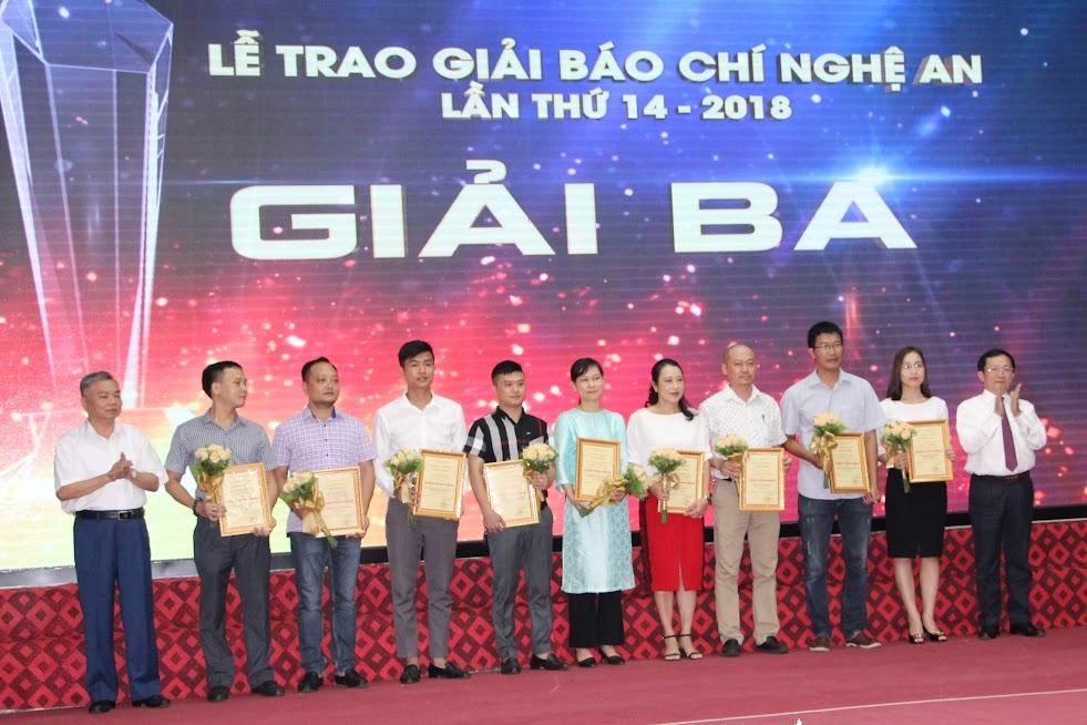 Đồng chí Đinh Viết Hồng – Phó Chủ tịch UBND tỉnh và đồng chí Lê Bá Hùng – Giám đốc Sở TT&TT trao giải Ba cho các tác giả