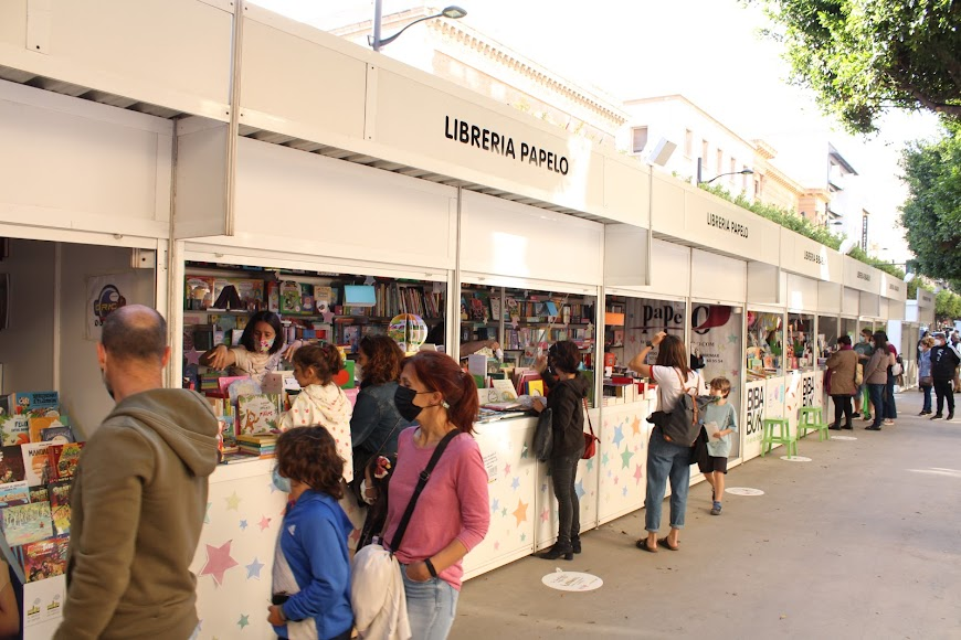 Numerosos almerienses visitando la Feria del Libro.