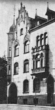 Photo: Das Haus Wehringhauser Straße 34 um das Jahr 1910 (Quelle: Wehringhausen-Band des Hagener Heimatbundes e.V., Hagen 1979, S. 62, Abbildung unten links). Einst ein Schmuckstück wie das Rathaus, welches nach dem Zweiten Weltkrieg zunächst gleichfalls nur vereinfacht renoviert wurde.