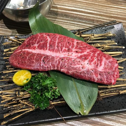 氣氛歡樂服務也很親切 雖然小貴但真的好好吃啊! 牛肉各個部位的品質都很棒 吃到烤山藥好喜歡❤️ 是會想再訪的店!