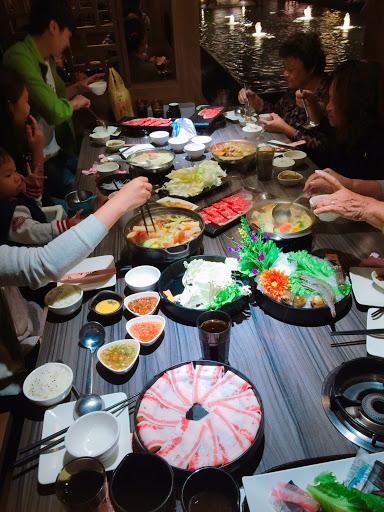 平價,氣氛好,服務態度佳! 推薦牛奶鍋&海鮮鍋。