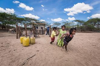 Photo: Los niños se enfuerzan con el viejo método de extracción de agua - comunidad de Caciporchi - Uribia