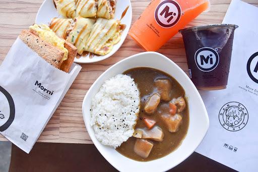 . 📍Morni 莫尼早餐(一中店) 台中也很熱門的早餐,餐點的選項很多元,還有咖喱飯可以選擇🤣🤣~價格從親民到小貴都有,早餐店也可以很工業風 * 🍡日式咖喱飯+飲料 ᴺᵀᴰ 90 口味台式的
