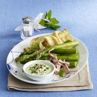Grüne Soße mit grünem Spargel, Pfannkuchen und Schinken