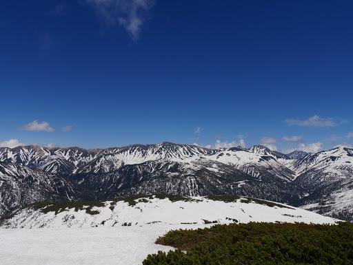 左から赤牛岳・水晶岳・鷲羽岳・大天井岳・三俣蓮華岳など