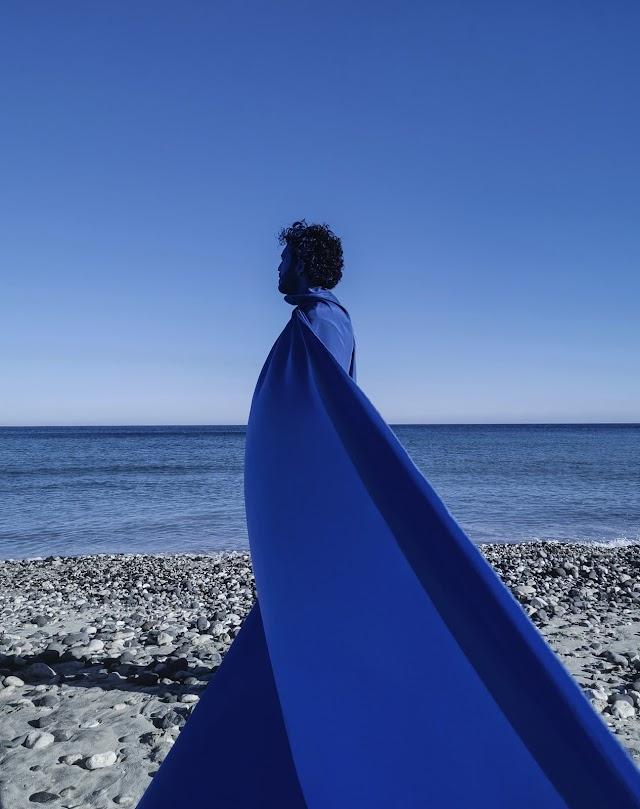 En esta propuesta personalísima, el artista almeriense lleva a cabo una catarsis con el color azul como hilo conductor (Foto: Ernesto Artillo).