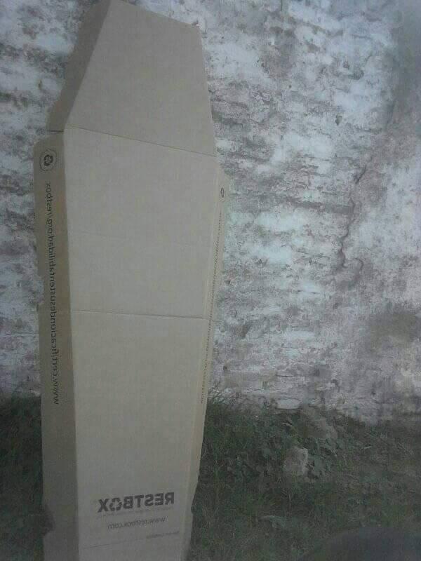 Este ataúd de cartón recibió la familia de Cristian para el sepelio. (Foto: TN.com.ar)
